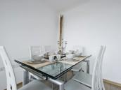 Kovový stůl, zdroj: shutterstock.com