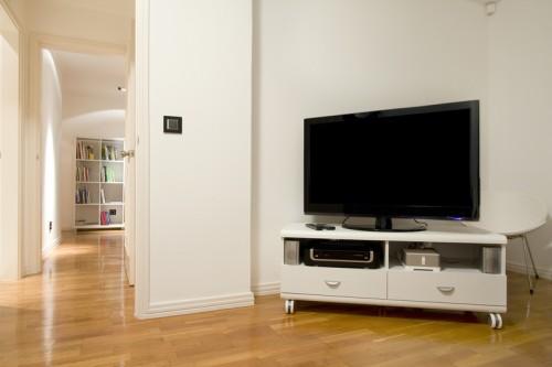 Pojízdný TV stolek, zdroj: shutterstock.com