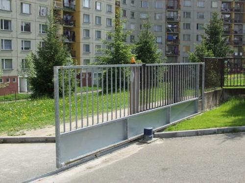 Posuvná brána typu kolejnice, zdroj: vratamares.cz