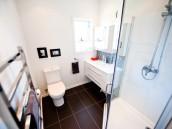 Prostorná koupelna se sprchovým koutem, zdroj: shutterstock.com