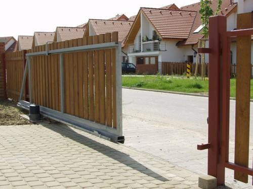 Samonosná brána bez kolejnice, zdroj: vratamares.cz